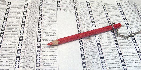 Een rood potlood op een stemformulier